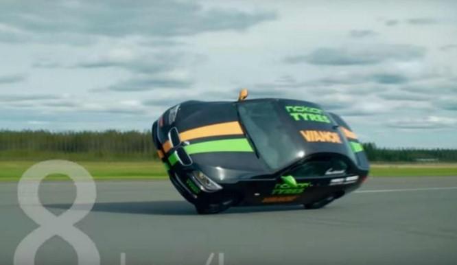 Otomobilde iki tekerlek üzerinde dünya rekoru kırdı