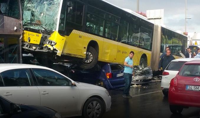 Metrobüs yoldan çıktı! Kaza yaptı