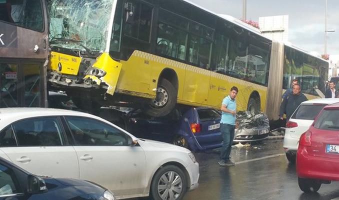 Metrobüs E-5'e girdi! Yaralılar var