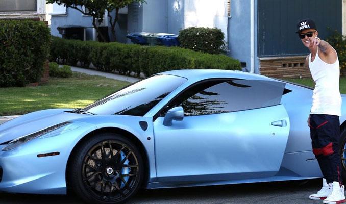 Justin Biber, Ferrari'sini sattı