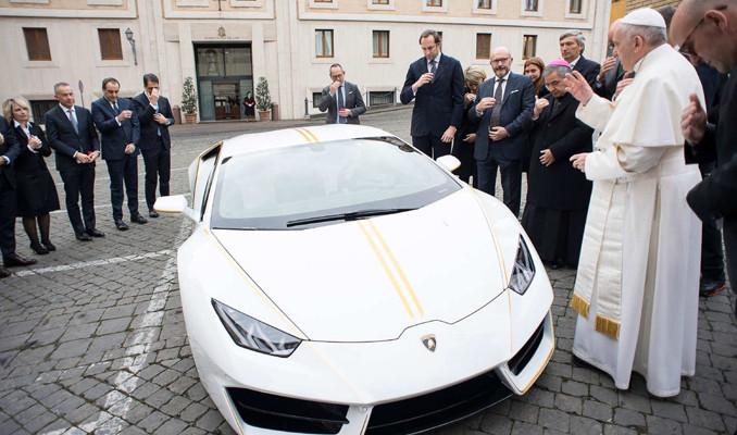 Papa Francis'e Lamborghini hediye edildi