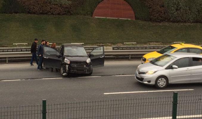 İstanbul E-5'te trafik kazası yolu kilitledi