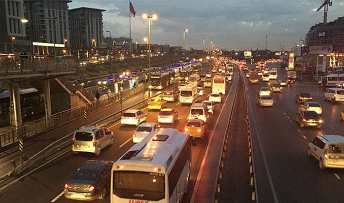 İstanbul trafiğinde okul servisi yoğunluğu