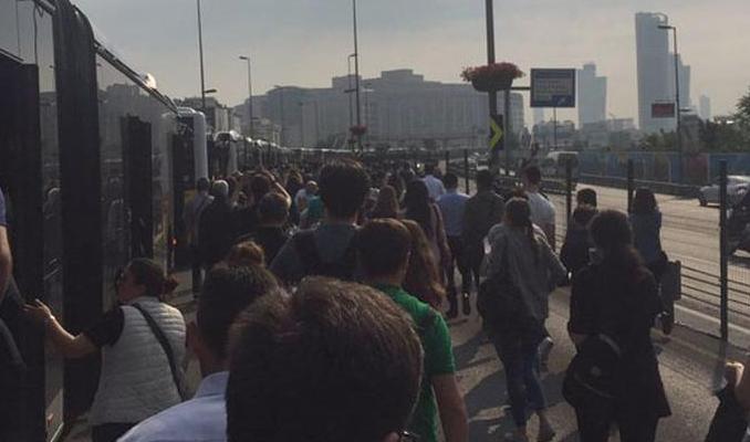 Metrobüs bozuldu, vatandaşlar yürümeye başladı