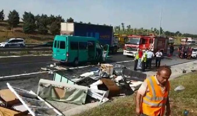 TEM'de minibüs TIR'a çarptı: 2 ölü