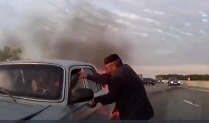 Yanan otomobile müdehale edip insanları kurtaran yaşlı adam