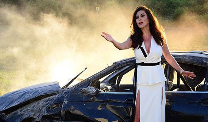 Ebru Yaşar klip için BMW ile kaza yaptı