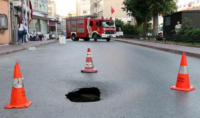 İstanbul'da yol çöktü, cadde trafiğe kapatıldı