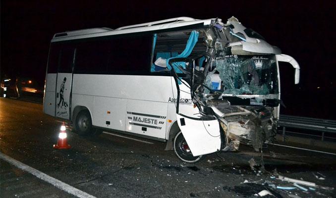 Manisa'da minibüs TIR'a arkadan çarptı: 16 yaralı