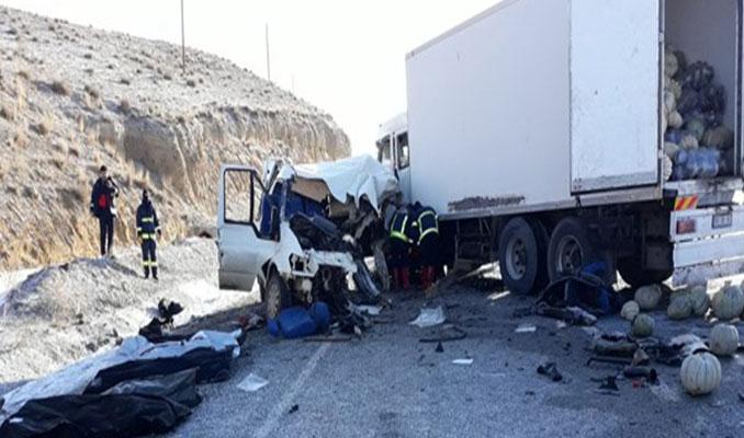 Kamyon ile minibüs çarpıştı: 8 ölü, 2 yaralı