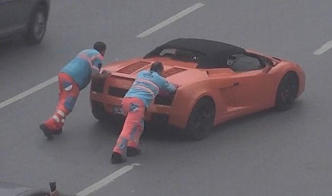 Lüks otomobil Levent'te yolda kaldı, İBB çalışanları ittirdi