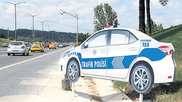 Trafik kazalarına maket polis aracı önlemi
