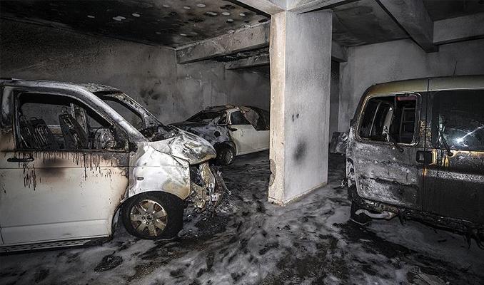 Park halindeki minibüste çıkan yangın üç aracı kül etti