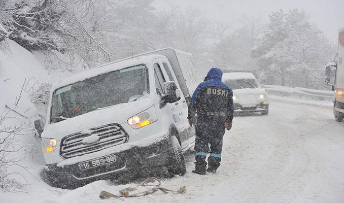 Uludağ'da kar yağışı trafiği olumsuz etkiledi