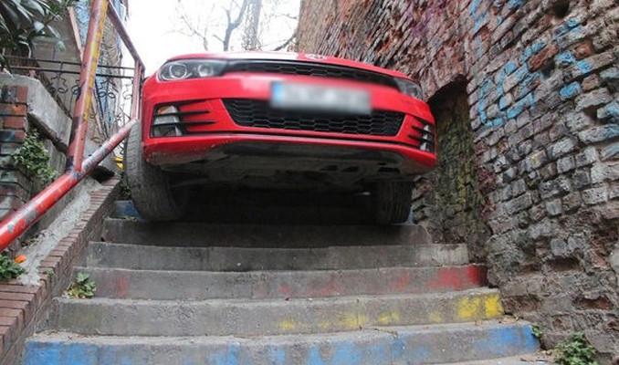 Beyoğlu'nda bir sürücü otomobiliyle merdivenden inmeye çalıştı