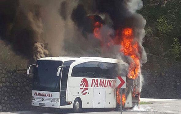 Düzce'de korku dolu anlar! Yolcu otobüsü yandı