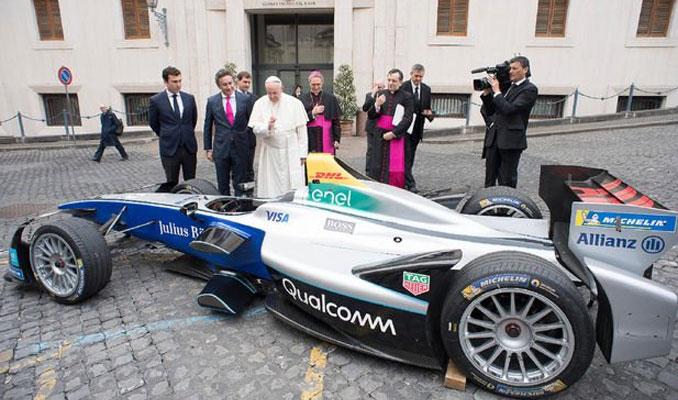 Papa Formula E aracını kutsadı