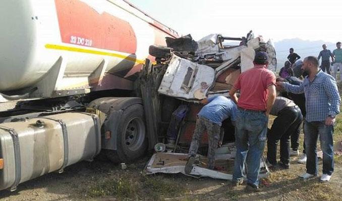 Tankerle öğrenci servisi çarpıştı! Yaralılar var