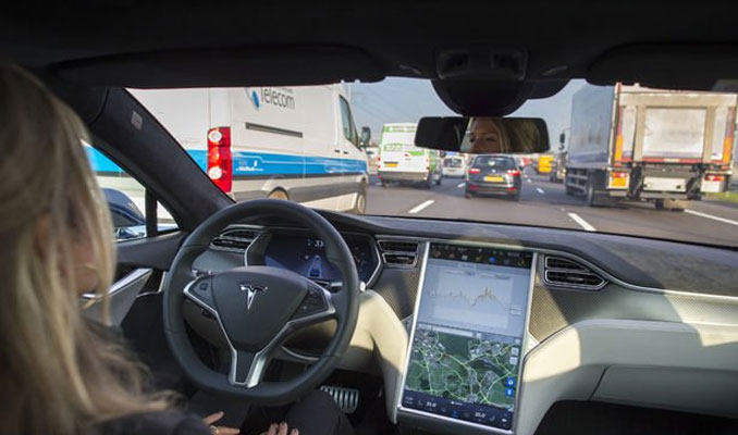 Elon Musk'tan otopilot açıklaması