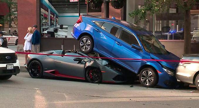 Lamborghini Huracan Spyder, Honda Civic'in altına girdi