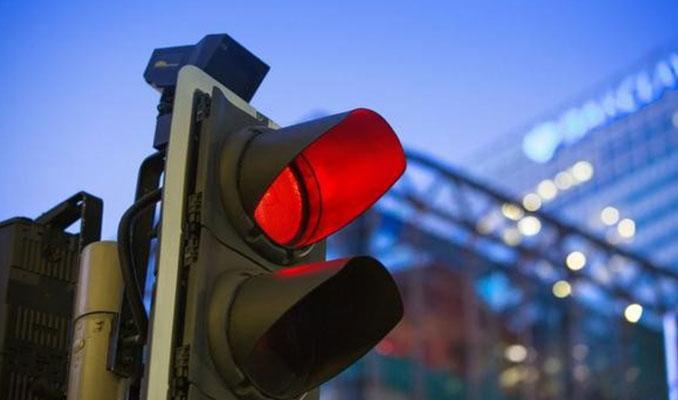 Çinliler bunu da yaptı... Kırmızı ışıktan geçen şimdi yandı!