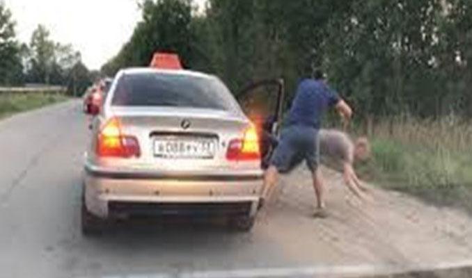 Taksi şoförü çöpü dışarı atan yolcuyu araçtan attı