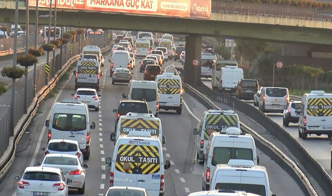 İstanbul trafiğinde yoğunluk: 18 bin servis aracı trafiğe çıktı