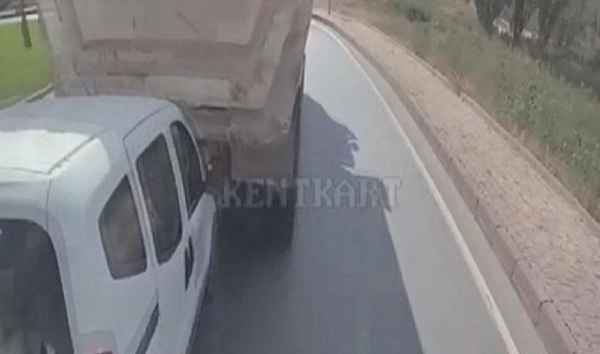 Kamyon şoförünün sürücüsüyle tartıştığı araca çarpması kamerada
