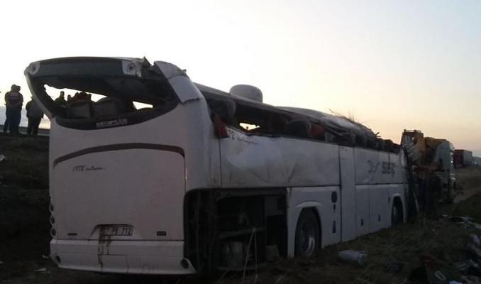 Yolcu otobüsü şarampole devrildi! Ölü ve yaralılar var