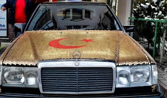 Arabayı 25 bin adet madeni para ile kapladı