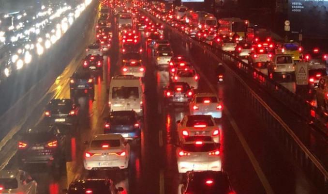 Yağmur, İstanbul trafiğini felç etti