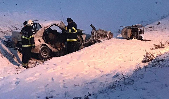 Kamyonla otomobil çarpıştı: 3 ölü