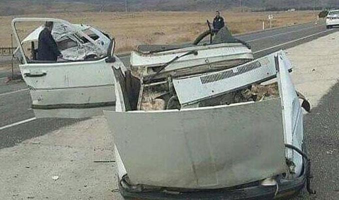 TIR ile çarpışan otomobil ikiye bölündü