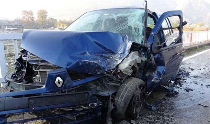 3 otomobil köprüde kafa kafaya çarpıştı!