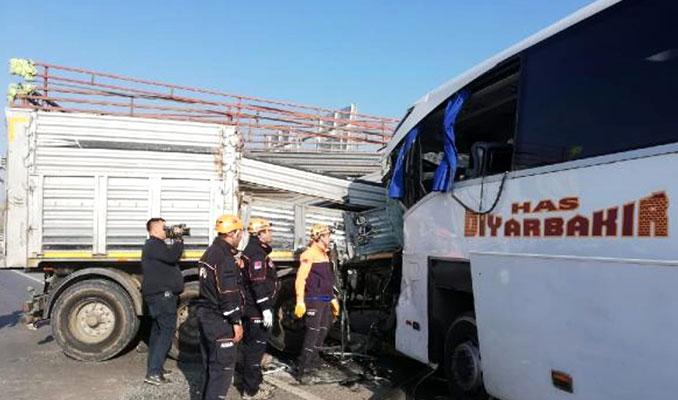 Afyonkarahisar'da otobüsle TIR çarpıştı: 2 ölü, 21 yaralı