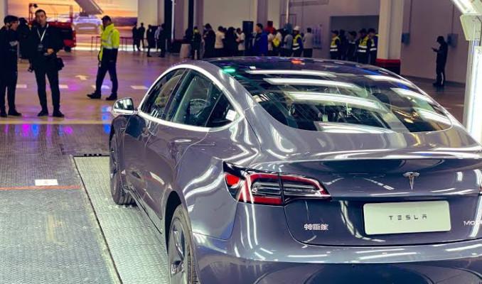 Tesla, Çin'de üretilen ilk Model 3'ü teslim etti