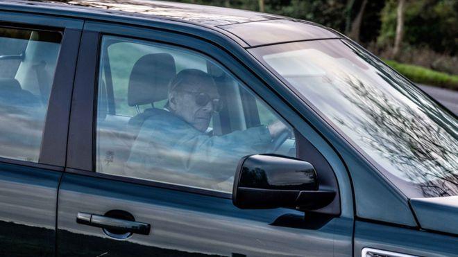 97 yaşındaki Prens Philip ehliyetini polise teslim etti