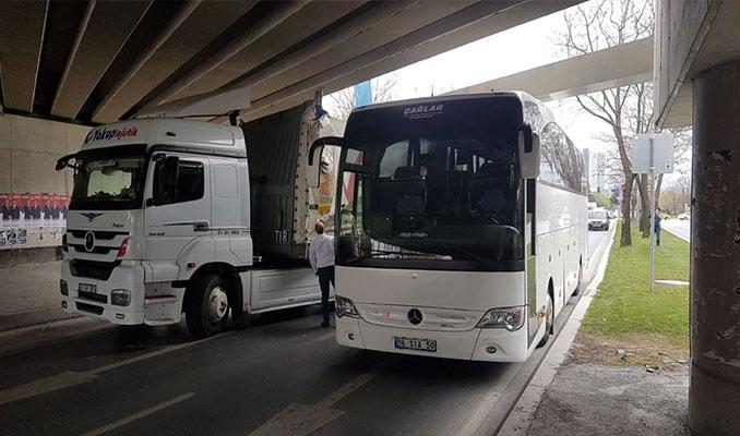 Otobüs ile TIR aynı anda üst geçide sıkıştı