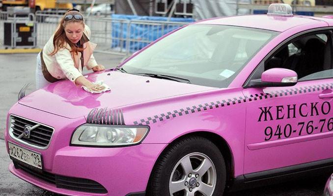 Kadın müşterilere kadın taksi şöförü