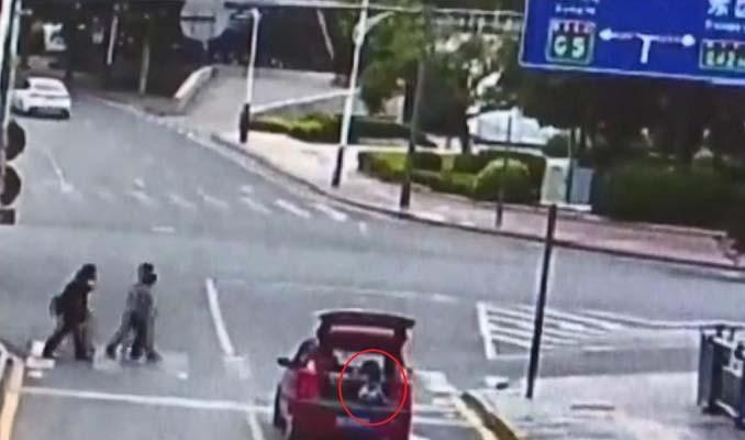 Çocuk kapısını açtığı otomobil bagajında yolculuk yaptı
