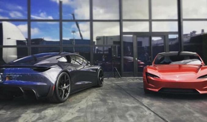 Tesla yeni elektrikli süper arabasını özel renklerle piyasaya sürecek