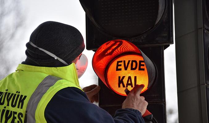 Trafik ışıklarından evde kal mesajı