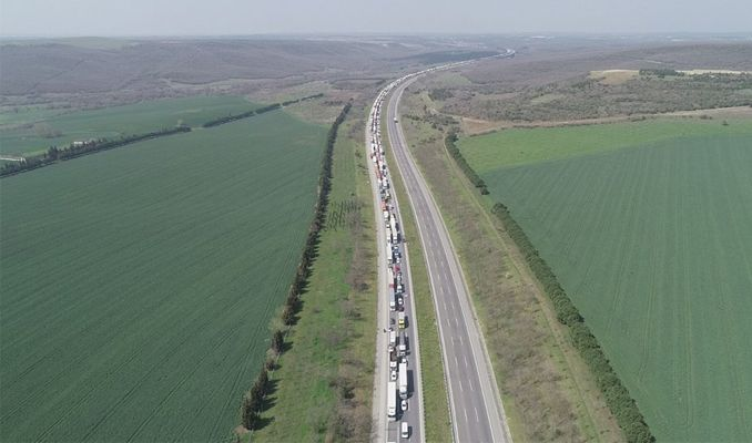 İstanbul giriş ve çıkışlarında kilometrelerce kuyruk oluştu