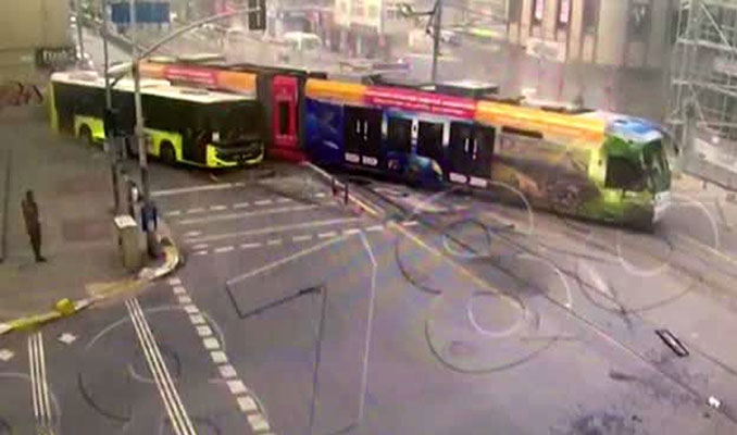Sultangazi'de tramvay ile İETT otobüsü çarpıştı: Kaza anı kamerada