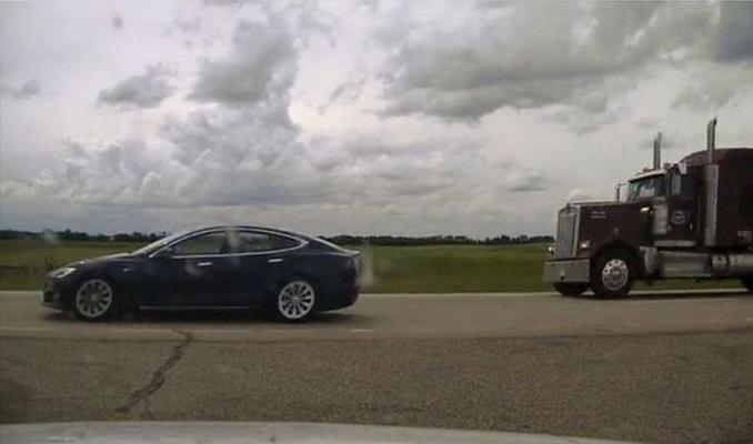 Kanadalı sürücü, oto-pilotta 150 km hızla giden arabada uyurken yakalandı