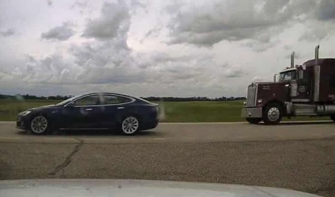 Tesla araç şoförü uyurken 150 kilometre hıza çıktı