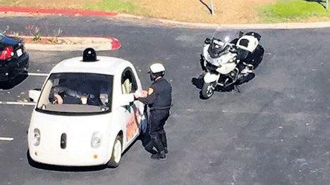 Google'ın otomobili çevirmeye takıldı...