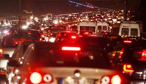 Yola çıkacaklar dikkat! İstanbl'da trafik kilit