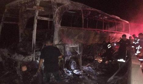 Otobüs betona çarpıp alev aldı: 1 ölü 12 yaralı