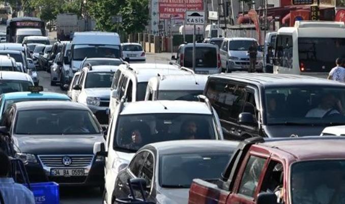 Sultangazi'de mezar ziyareti trafiği kilitledi